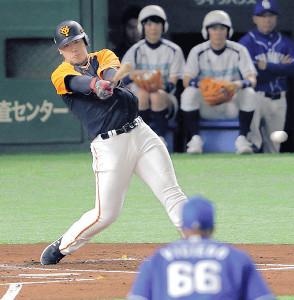 1回1死一、三塁、中前に先制適時打を放った岡本