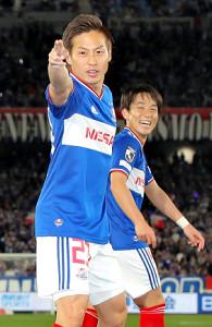 ピッコロの必殺ポーズを決める仲川輝人(左)