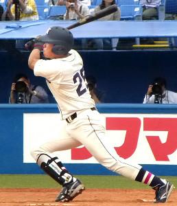 9回無死、右越えにサヨナラ本塁打を放った国学院大・鎌仲