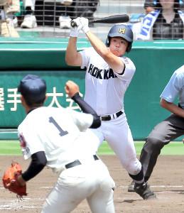 15年8月、鹿児島実戦で本塁打を放つ北海・鎌仲