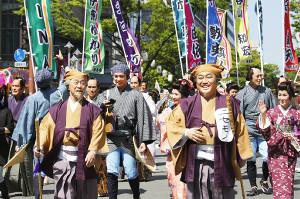 博多どんたく港まつりに参加した武田鉄矢(前列左)とコロッケ(同右)