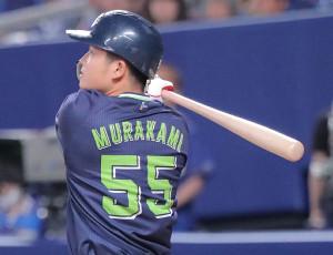 8回無死一塁、村上宗隆は右中間越えに2ラン本塁打を放つ