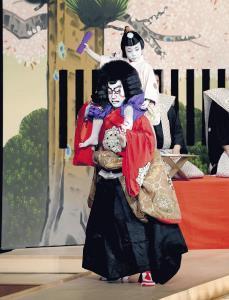初舞台の「絵本牛若丸」で父の尾上菊之助に肩車される尾上丑之助
