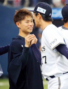 増井(右)からウィニングボールを受け取り笑顔を見せる山岡