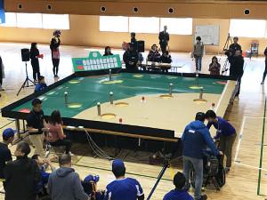 3月24日のイベントで登場した等身大野球盤の試作品。参加者は家族らとともにプレーを楽しんだ(堀江車輌電装提供)