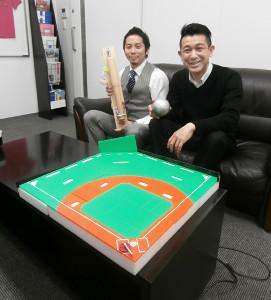 10分の1スケールの野球盤を前に熱く語る堀江泰社長(左)と中村哲郎さん
