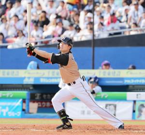 7回2死二塁、西川は左前適時打を放つ