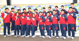 ポーズをとる世界柔道の日本代表選手たちと井上康生監督(前列左)(カメラ・中島 傑)