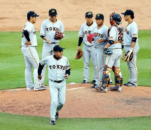 12回1死二塁、マウンドでピンチのナインに声をかけた原監督(左から岡本、坂本勇、1人おいて山本、田口、小林、中島=カメラ・杉山 彰一)