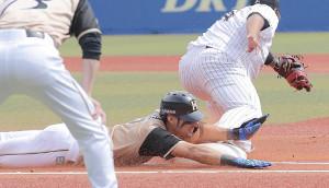 初回1死、二ゴロで一塁に頭から滑り込み、安打とした大田(カメラ・越川 亘)