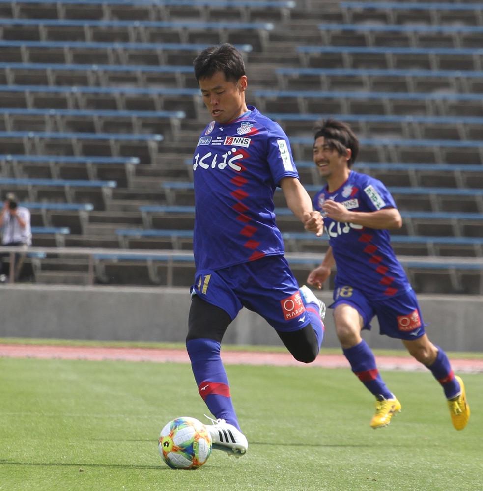 往年のフォームで左足で蹴る「レフティーモンスター」小倉隆史氏