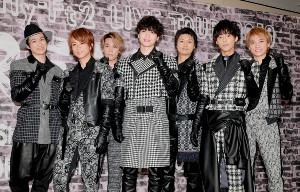 コンサート前にガッツポーズで意気込む(左から)宮田、北山、千賀、玉森、横尾、藤ケ谷、二階堂