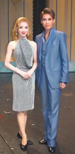 宙組「オーシャンズ11」の新人公演を終え、舞台上で会見した鷹翔千空(右)と夢白あや