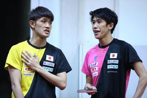 世界選手権で、練習の合間に談笑する吉村真晴(右)と吉村和弘