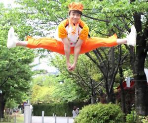 令和でのさらなるジャンプアップを誓い、開脚ジャンプを披露した小林よしひさ(カメラ・橘田 あかり)
