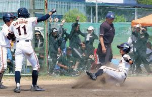 6回、山澤の二塁打で生還した生駒・山内。逆転に父母たちも大喜び