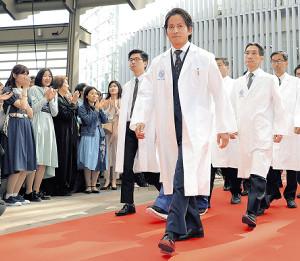 総回診のようにレッドカーペットを白衣で歩く岡田准一ら