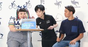 東京五輪観戦チケット抽選申込受付の開始イベントで、実際にチケットをネットからの申し込みを体験する渡辺直美(左)(右はBMXのフリースタイルの中村輪夢)