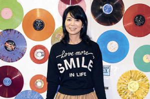 今作で宣材写真を一刷した竹内まりや。米ロサンゼルスのレコード店で撮影された