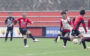 ミニゲームでシュートを放つ札幌MF小野(左)
