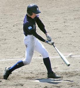 3回、中越え適時三塁打を放つ京田辺・松尾