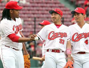 試合前、笑顔を見せる菊池涼(中、左はバティスタ、右は小窪)