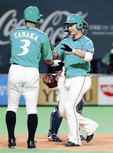 6回無死一塁、左中間に2ランを放った日本ハム・渡辺(右)