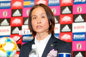 フランスW杯の日本代表メンバーを発表する高倉監督