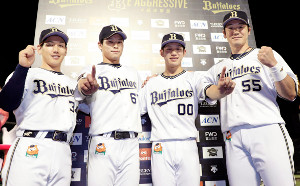 プロ初本塁打を放った中川(左から2人目)と西浦(同3人目)は、同じく本塁打を放った吉田正(左)、T―岡田(右)と一緒にポーズを決めた