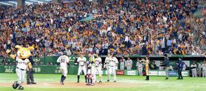 7回1死、田中俊〈51〉が2号満塁本塁打を放ち、タオルを振って大喜びするスタンドの巨人ファン(カメラ・関口 俊明)
