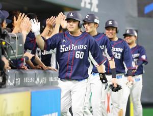6回1死満塁、右越え5号満塁本塁打を放った中村はベンチのナインに迎えられる