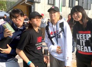 スケボーの日本選手権で、国内復帰戦に臨んだ伊佐風椰(左から2人目)は、仲間たちとともに大胆な変顔で復活をアピール