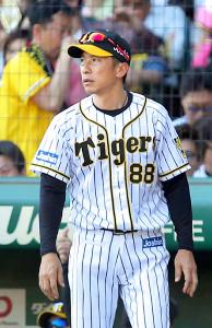 投手交代を告げる矢野監督