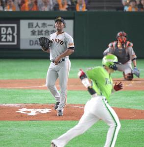 4回1死、村上宗隆(手前)に左越えソロ本塁打を許したメルセデス(カメラ・宮崎 亮太)