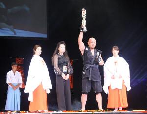 勝ち名乗りを受ける元若麒麟の鈴川真一(右から2人目)