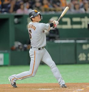 9回無死、右越えにソロ本塁打を放つ坂本勇人(カメラ・泉 貫太)