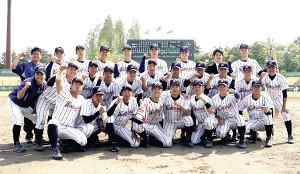 4季連続31度目の優勝を決め、ガッツポーズで記念撮影する東日本国際大の選手たち(カメラ・有吉 広紀)