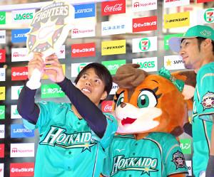 5回1安打無失点の好投で今季初勝利を挙げ、お立ち台で笑顔を見せる杉浦(左)(カメラ・頓所 美代子)