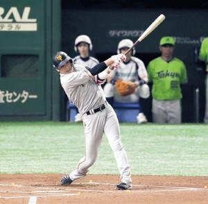 1回1死、開幕35試合連続出塁のリーグタイ記録となる中前安打を放つ坂本勇(カメラ・佐々木 清勝)