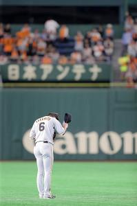 リーグ新記録の36試合連続安打を達成し、ファンの声援に一礼する巨人・坂本勇