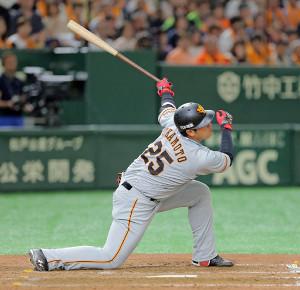 5回1死一、二塁、好機で空振り三振に倒れる岡本