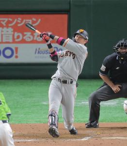 8回無死、亀井善行が右線へ二塁打を放つ