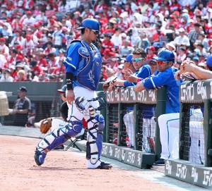 2回2死一、三塁の場面で交代を告げられベンチへ戻る戸柱(カメラ・豊田 秀一)
