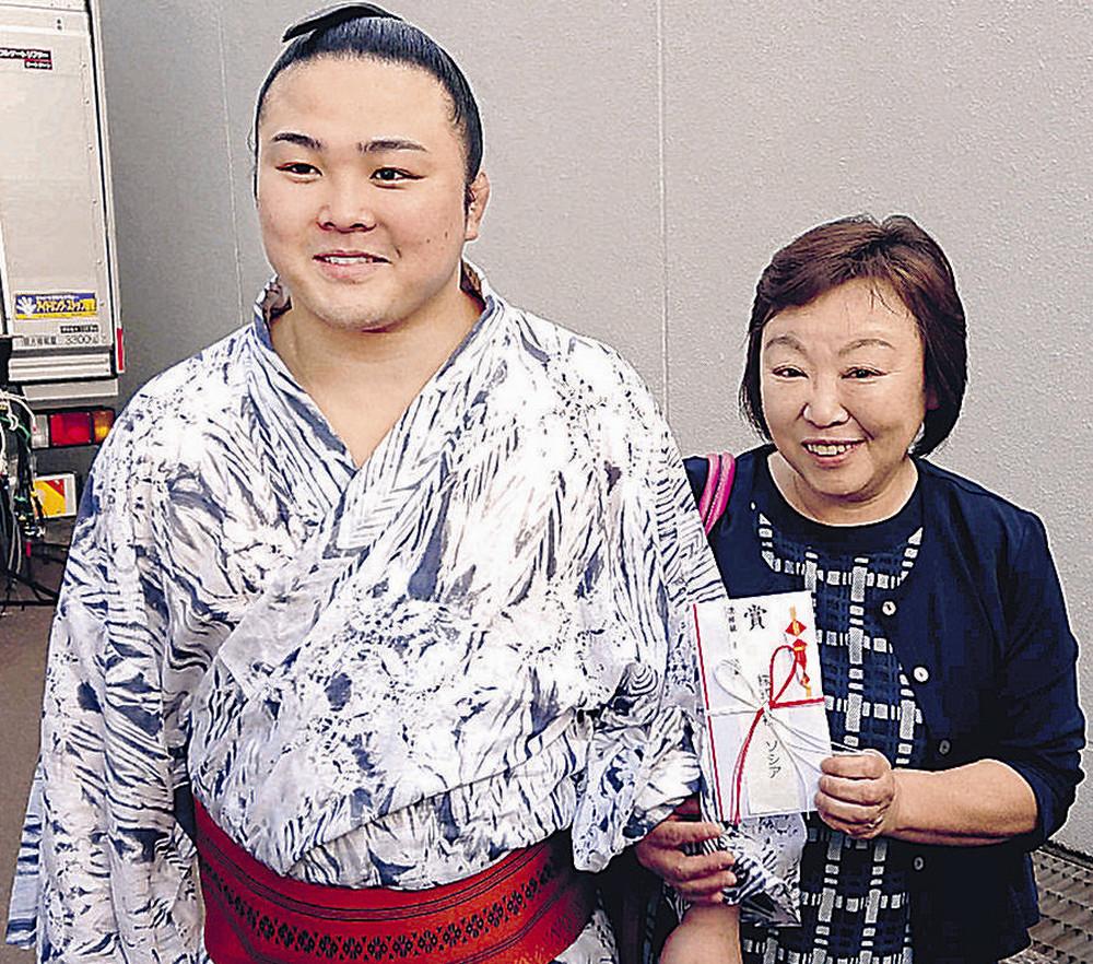 懸賞金を母・由美子さんに手渡した炎鵬