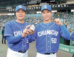 プロ初勝利を挙げた清水(右)は、ウィニングボールを手に与田監督に祝福された(カメラ・石田 順平)