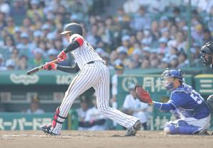 4回1死一、二塁、送りバントを失敗する才木浩人(カメラ・石田 順平)