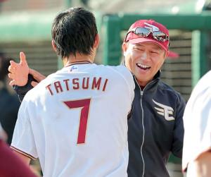 辰己涼介(左)と平石洋介監督