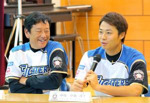 北海道大学病院の院内学級を訪問し、子供たちの質問に答える中島(右)と栗山監督