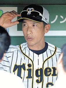 ベンチで報道陣の質問に答える矢野監督