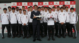 5月14日、U−20W杯ポーランド大会の出発セレモニーに出席したU−20日本代表の影山雅永監督(前列中央左)、斉藤未月主将(同右)ら